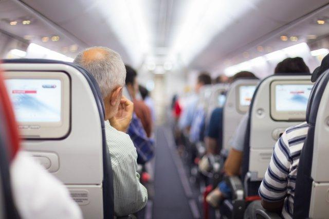 Почему члены семьи должны сидеть в самолете вместе?