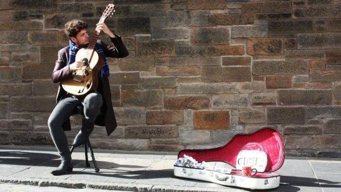 Это Европа: уличным артистам отправляют пожертвования по безналу