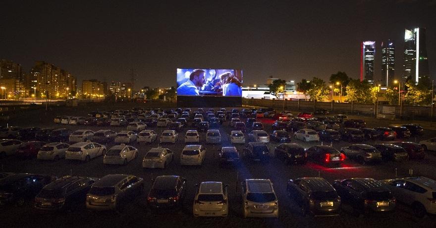 В автомобилях, под стеклянным куполом и при свете луны – в Мадриде начинают работу летние кинотеатры