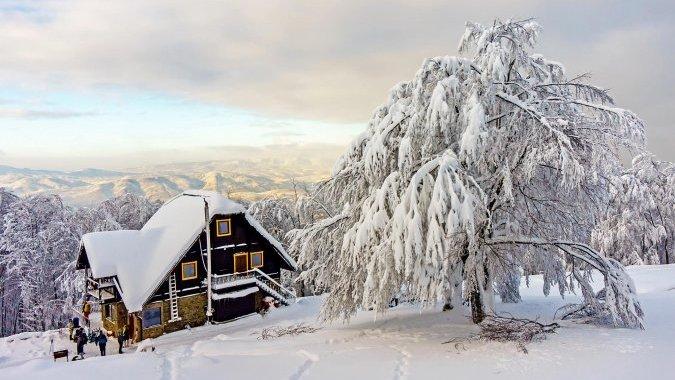 В Закарпатье восстановили горный приют, который сожгли по неосторожности