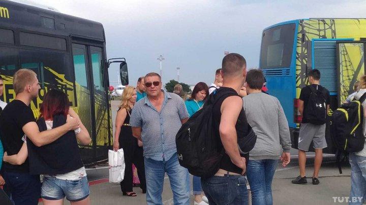 Белорусские туристы отказались лететь на неисправном самолете и застряли в аэропорту Борисполя