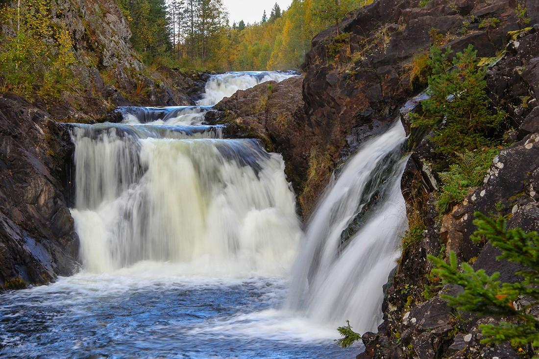 В Карелии турист, пытаясь сделать селфи, упал в водопад