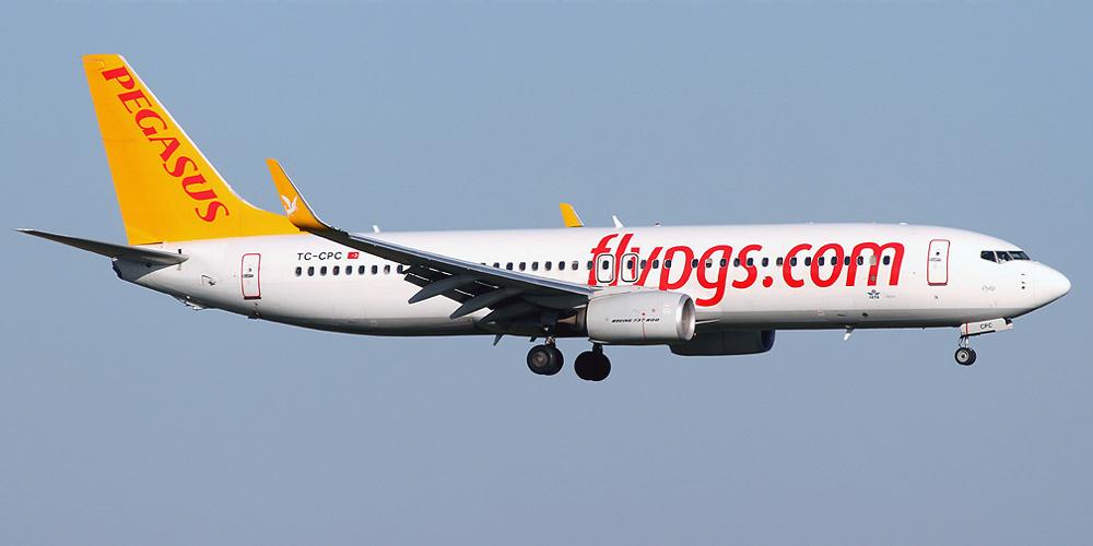 Самолет с туристами экстренно сел в Казахстане из-за отказа двигателя