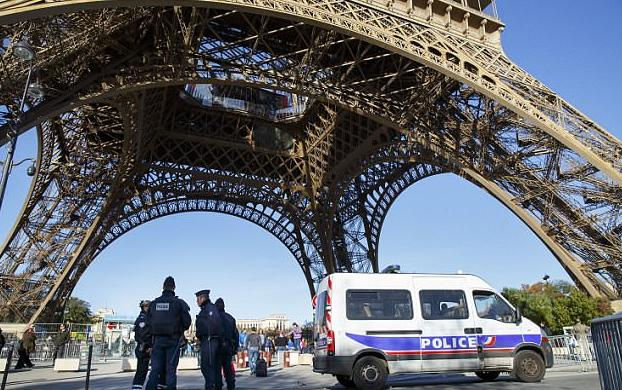 В Париже на улицы вывели дополнительно 5000 полицейских, чтобы защитить туристов от карманников и мошенников