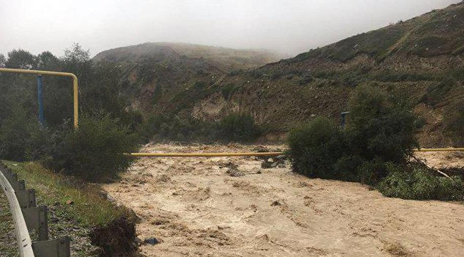 Селевой поток перекрыл туристам дорогу на Домбай