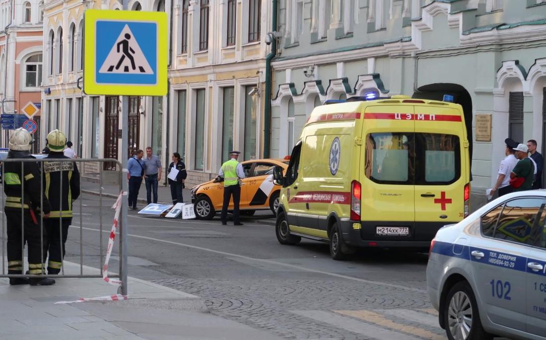 В центре Москвы водитель такси «протаранил» туристов