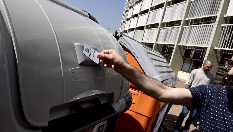 По Барселоне распространяются «умные» мусорные контейнеры