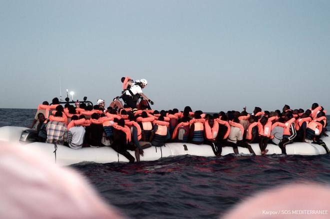 Барселона и Валенсия готовы принять в своих портах судно с 629 беженцами, которое не пустили в Италию