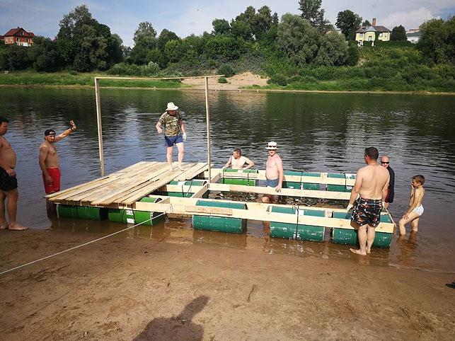 Компания друзей из Витебска проплыла на самодельном плоту около 10 км по Двине