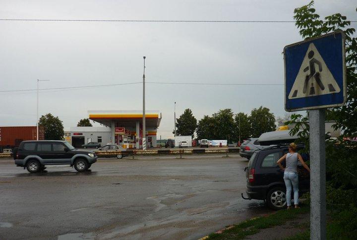 Разбили стекло, порезали колесо. Семью из Бобруйска дерзко ограбили по дороге в Затоку