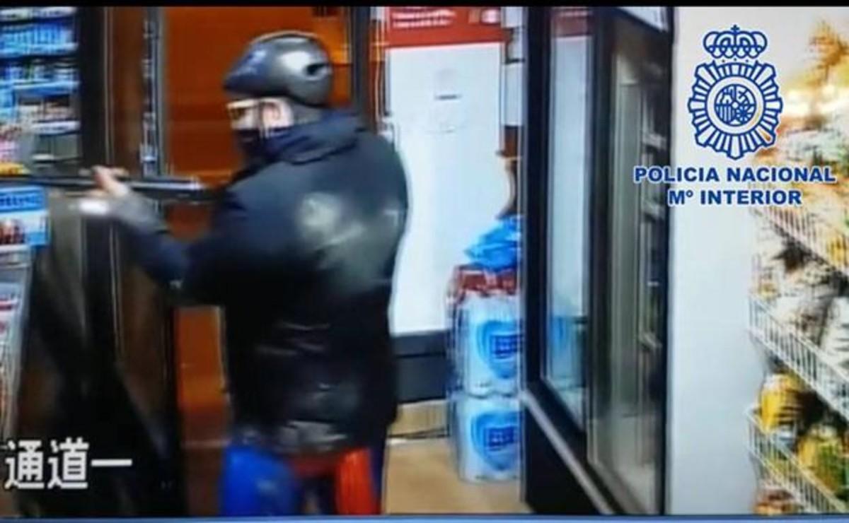 Мужчина в костюме Супермена ограбил два китайских магазина под Мурсией