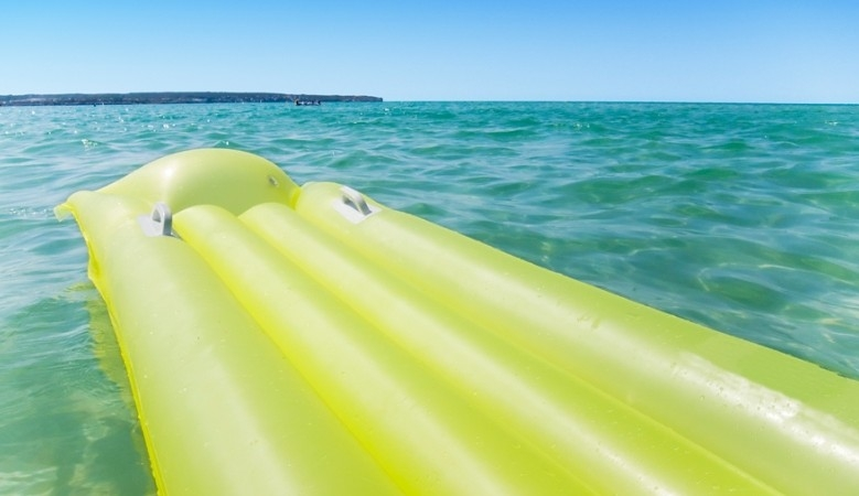 В Крыму туристов унесло в море на матрасе