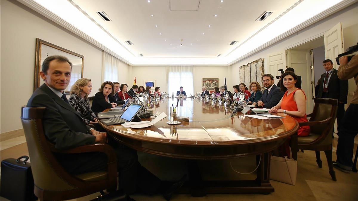 В новом правительстве Испании оказалось больше министерств, должностей и советников, чем было при Рахое в 2011 году