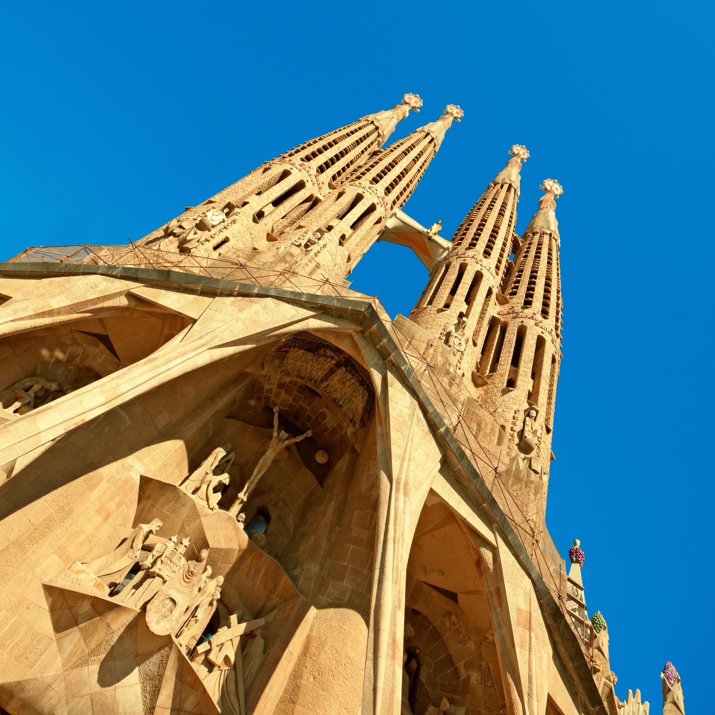 Крест высотой 7,5 метров и весом в 18 тонн установлен в портик храма Саграда Фамилия