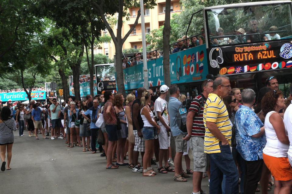 Как удается испанским туристам пройти к достопримечательностям без очереди?