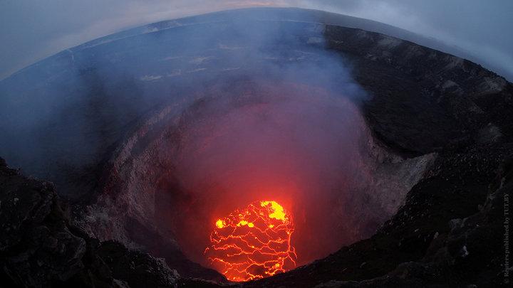 На Гавайях вулканическая бомба попала в туристическое судно, более 20 человек пострадали