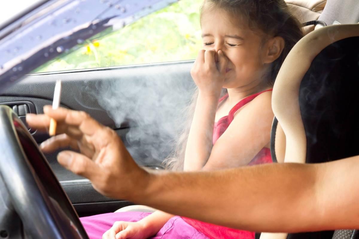 Испанские врачи просят запретить курение внутри частных машин и у торговых центров