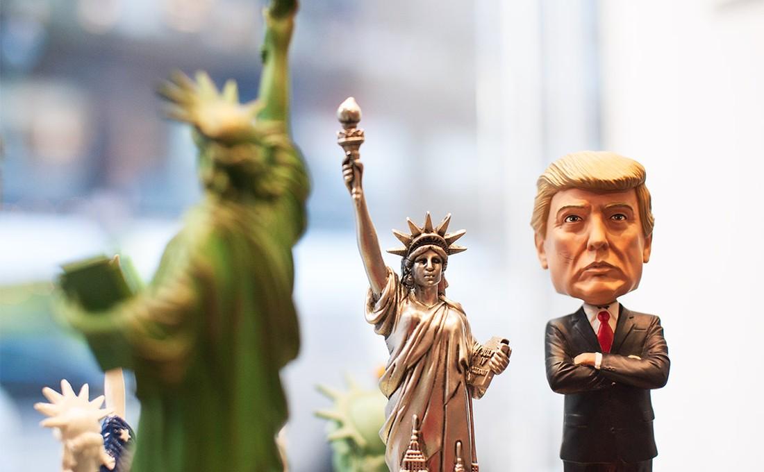 В Хельсинки появился «золотой» Трамп - попрошайка туристов