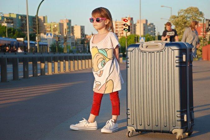 Как вывезти ребенка за границу: с разрешением и без