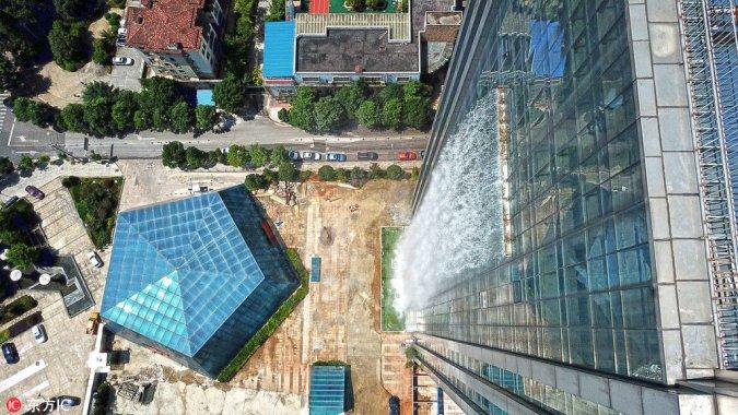 Китайцы обещают включать водопад только по праздникам