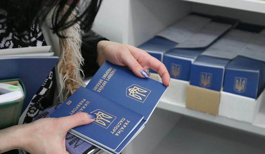 Украинцы не торопятся забирать готовые загранпаспорта