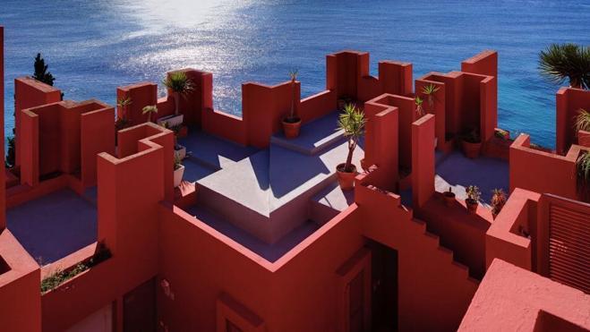Здание «Красная стена» приворожило пользователей Инстаграма