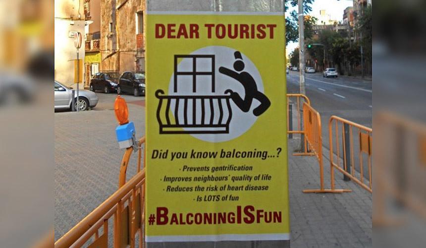 В Барселоне туристов призывают выбрасываться с балконов