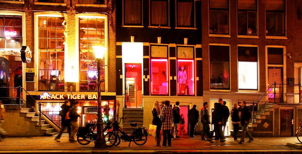 Штрафы, закрытие улиц и красные коды – как Амстердам борется с туристическим избытком