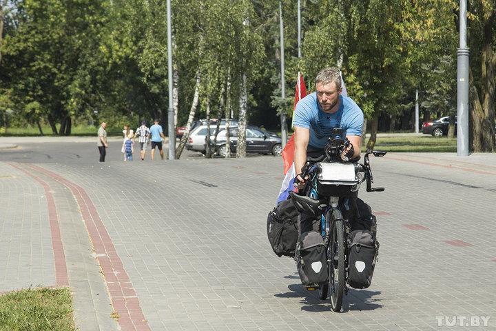 5 тысяч км на велосипеде по Европе. Француз едет через Беларусь в честь авиаполка