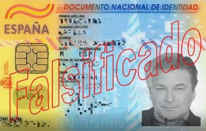 Мошенник, использовавший поддельное удостоверение личности с фото Алека Болдуина, был задержан в Овьедо
