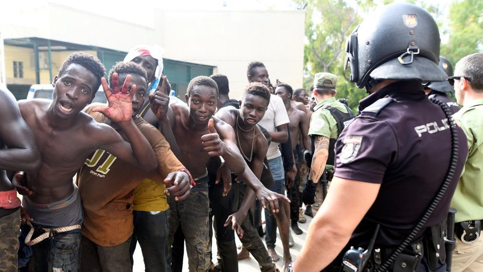 Испания вернула Марокко 116 нелегалов, перебравшихся через ограждения в Сеуте