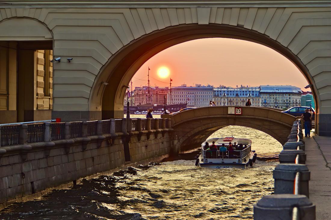 Петербургские попрошайки зарабатывают на экскурсиях по рекам и каналам