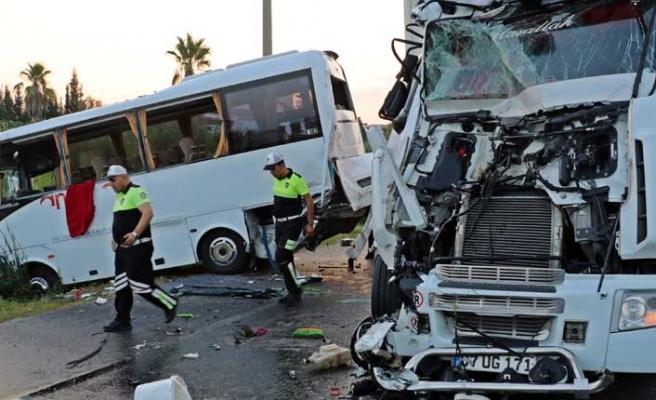 В Турции пострадало 11 российских туристов: автобус врезался в фуру и съехал в канал