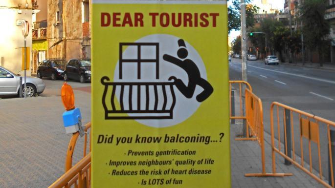 Радикалы в Барселоне призвали туристов прыгать с балконов