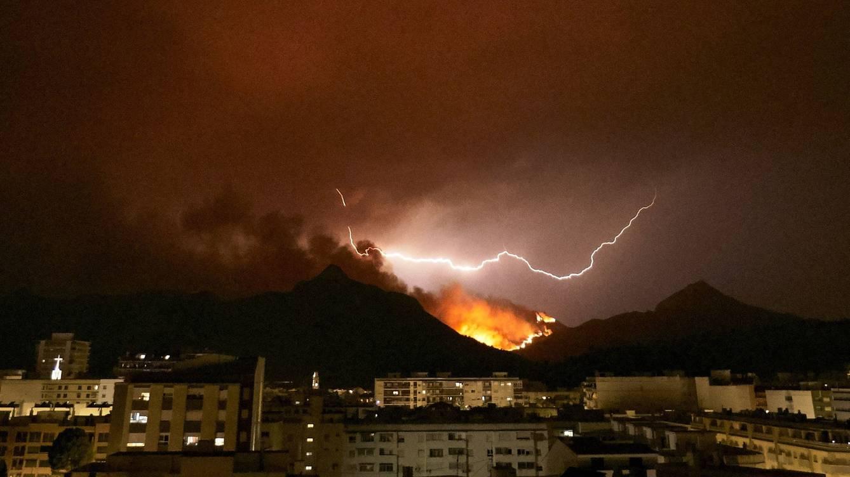 Из-за пожара в провинции Валенсия пришлось эвакуировать 2500 человек