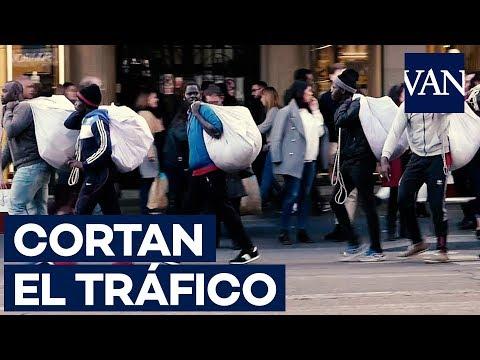 Нелегальные уличные торговцы мешают движению автомобилей на Гран-Виа в Мадриде