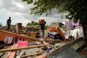 Индонезию продолжает трясти. Возможны цунами