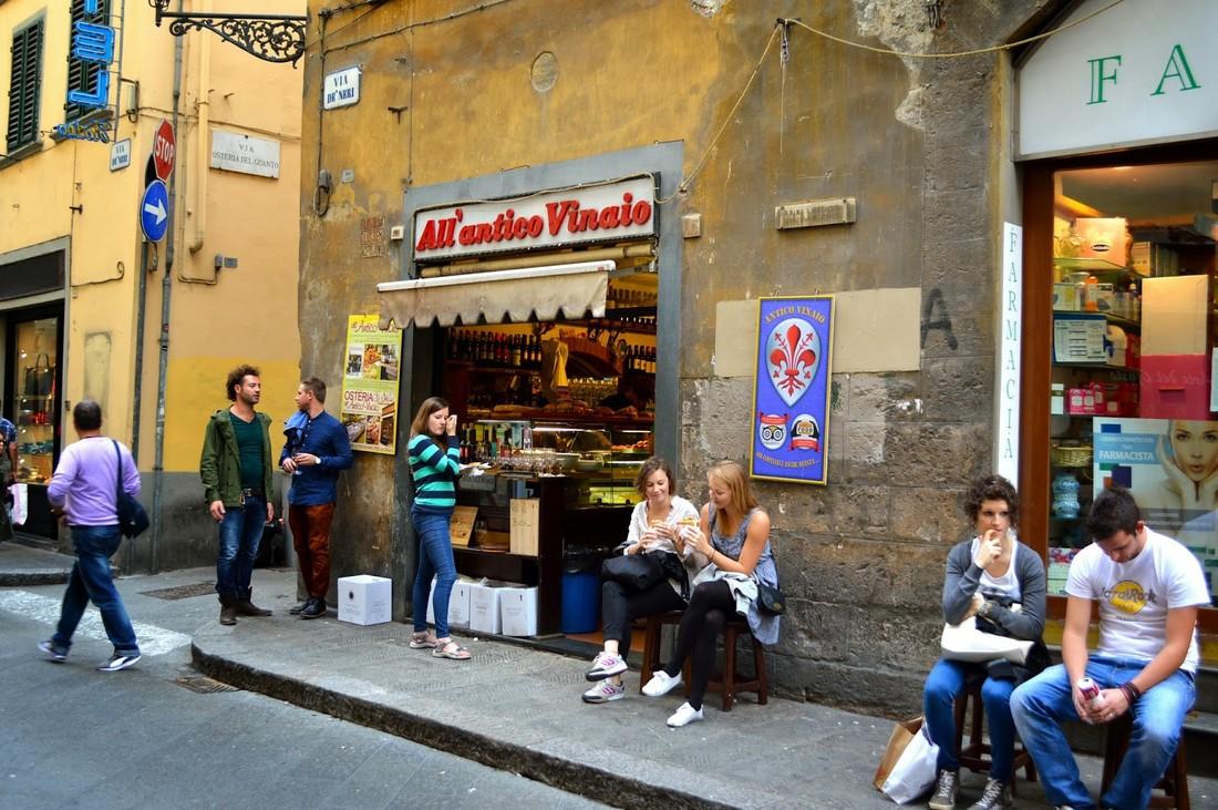 Флоренция ввела для туристов штрафы за еду на улице: до €500