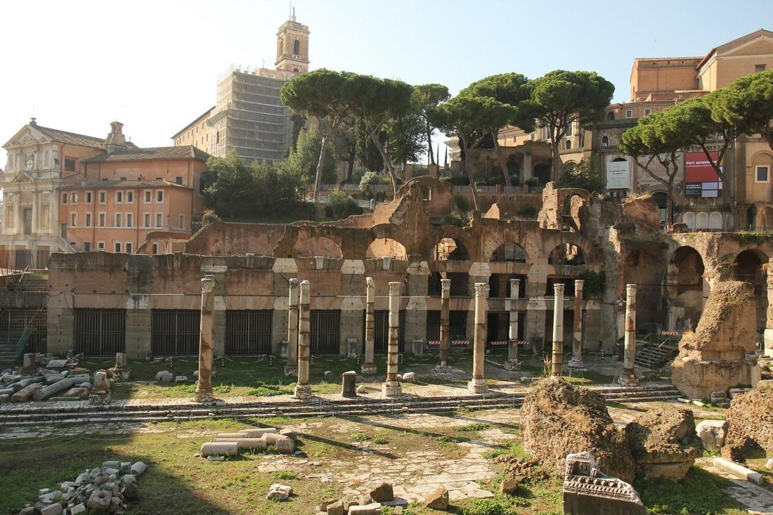 В Риме на глазах туристов обрушилась стена Форума