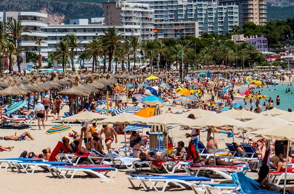 Турпоток в Испанию за июль упал на 4.9%