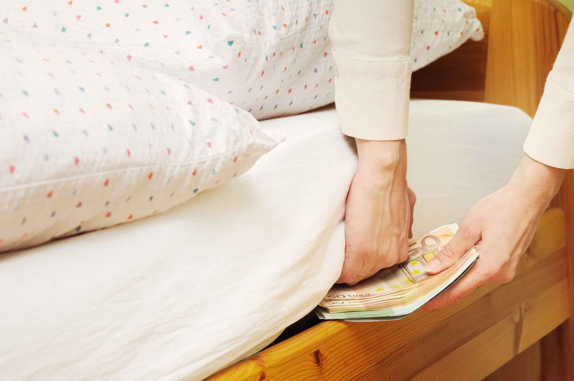 38% испанцев, имеющих накопления, хранят их «под матрасом»