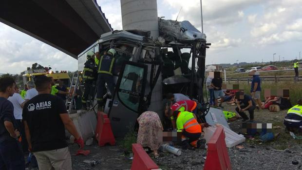 Четыре человека погибли и 20 получили ранения в результате аварии туристического автобуса в Астурии