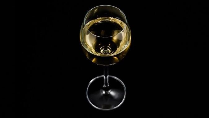 Туристка арестована в ОАЭ за выпитый в самолете бокал вина