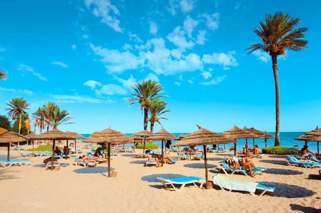 Туроператоры: «в Тунисе всё спокойно – солнце и жара, ливни кончились»