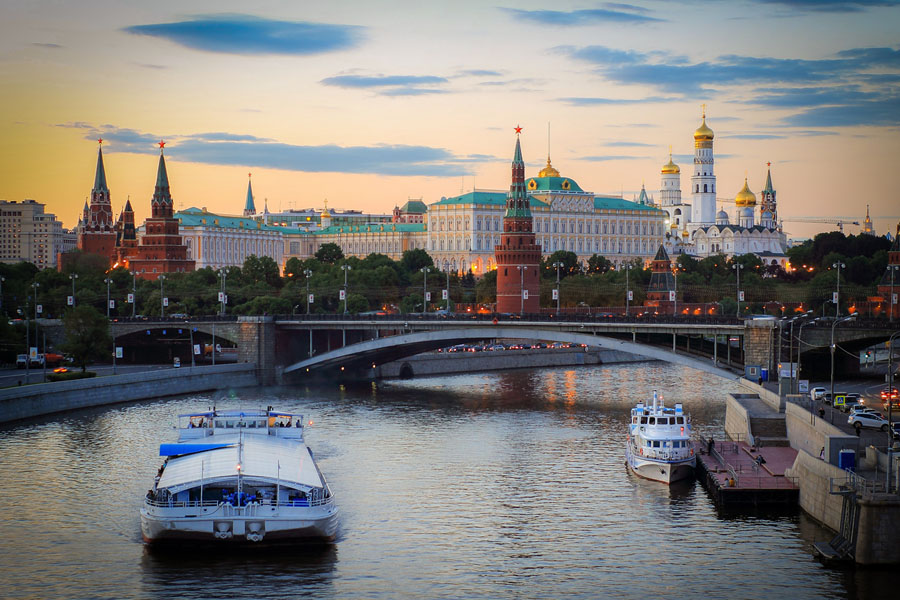 Страховщики: внутренние туристы страхуются перед поездкой в Москву, Санкт-Петербург и Адлер