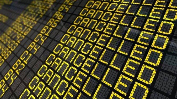 Массовая отмена рейсов: бастуют приемщики багажа