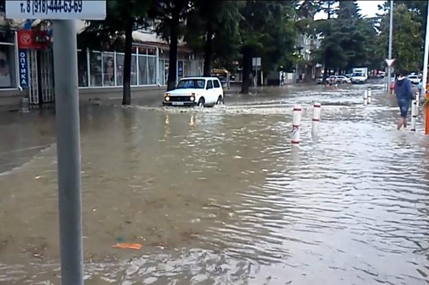В Туапсе проходит эвакуация из-за ливня, туристы не пострадали