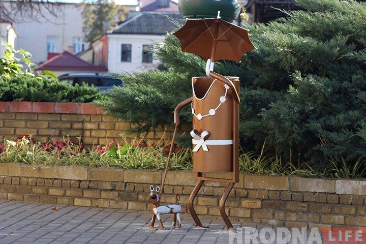 Теперь - дамы с собачкой. Новые оригинальные мусорки появились в центре Гродно