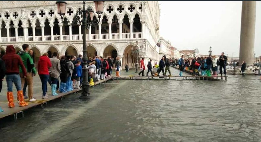 «Большая Вода» затопила три четверти Венеции, туристы передвигаются в резиновых сапогах