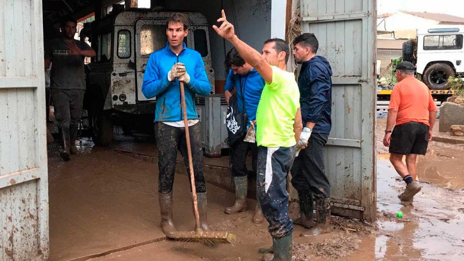 Фотография Рафы Надаля, убирающего грязь после ливней на Майорке, обошла весь мир